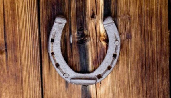 Как правильно повесить подкову над дверью квартиры или дома, чтобы привлечь удачу